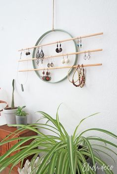 It only takes 5 minutes to made this modern DIY earring holder. No more wasted time looking for the pair of earrings that match your outfit! Diy Jewelry Wall, Jewelry Organizer Wall, Vintage Jewelry Crafts, Jewellery Storage, Diy Earring Storage, Jewelry Organization, Diy Earing Holder, Diy Jewelry Holder, Necklace Holder