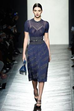 In passerella da Bottega Veneta Kendall ha indossato un abito blu da diva d'altri tempi. Per ora è tutto. Stay tuned per scoprire le prossime apparizioni di Kendall alla Milano Fashion Week!  -cosmopolitan.it
