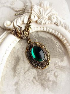 Medieval necklace with emerald jewel gothic victorian necklace renaissance baroque medieval green stone necklace bridal aged brass necklace - Halskette Emerald Necklace, Brass Necklace, Stone Necklace, Green Necklace, Layered Necklace, Necklace Set, Fantasy Jewelry, Gothic Jewelry, Vintage Jewelry