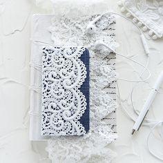 毎日、必ず手にするスマートフォン。常に持ち歩くのでスマホケースはお気に入り物にしたいですよね。自分好みの手帳型スマホケースの作り方をご紹介します。 Kawaii Diy, Diy And Crafts, Smartphone, Ipad, Quilts, Lace, Handmade, Decorated Notebooks, Cartonnage