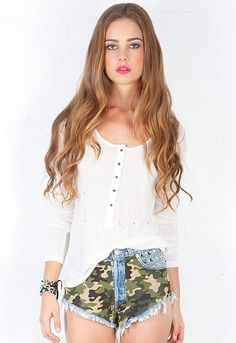 Lle357@RUNWAYDREAMZ Army Babe Vintage Camo Frayed Studded Shorts in Army