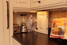 traditional-kitchenСтоль необходимую нам бытовую технику зачастую расставляют по периметру рабочих поверхностей. А это не всегда целесообразно и безопасно. Гораздо удобнее спрятать миксер и кофемолку в предусмотренной нише в торце столешницы.