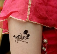 joli Tatouage discret rose oiseau et phrase