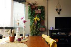 """Depois da estreia do quadro """"Minha Casa é Hype"""" com o apê deKalina e Marcos, hoje vamos até ao bairro de Pompéia, em São Paulo, conhecerIsabela Marques e Felipe Alfieri, um casal de 25 anos que registrou a experiência de colocar as mãos na massa no blog Dele e Dela. Hoje o blog virouum scrapbook público e virtual de (quase) tudo o..."""