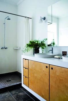 Bathroom. Black, white, wood. Classic. Photo from Bolig Magasinet
