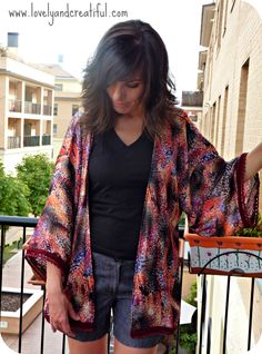 Ya sé que con esta entrada no voy a ganar el concurso a la bloguera más original. Este verano todos los blogs de costura han sacado sus versiones personalizadas de kimonos. No quería quedarme atrás…