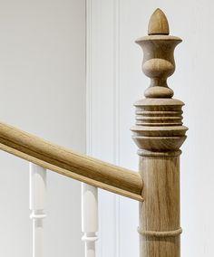 www.trabczynski.com ST150 Policzkowe schody gięte wykonane z dębu patynowanego i wykończonego olejem oraz dębu malowanego farbami kryjącymi. Balustrada z tralkami toczonymi. Realizacja wykonana w domu prywatnym. Projekt – TRĄBCZYŃSKI / ST150 Full stringer curved staircase. Treads,handrail and newel posts made in patinated oak with hardwax oil finish. Spindles, stringers and risers made in white painted oak. Private house project. Project designed by TRABCZYNSKI.