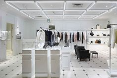 Магазин Maison Margiela, Фукуок, Японияерьер кардинально отличается от известных магазинов дизайнера во всём мире своим особенным магнетизмом и шармом. Именно он отразился на имеющихся в продаже изысканной одежды, стильной обуви, аксессуаров и кожаных изделий.