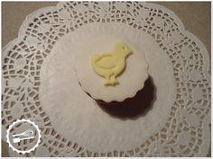 """Cupcake de baunilha com decoração em fondant.  Tema: """"Animais"""" #Cupcake #chicken"""