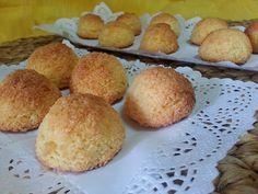 coquitos faciles y rapidos ------------------------------------------- Ingredientes para 20 coquitos: 200 gr. de azúcar. 200 gr. de coco rallado. 3 huevos. Sweet Bakery, Biscotti, Cornbread, Sweet Recipes, Muffin, Food And Drink, Appetizers, Coconut, Sweets