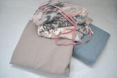 Jeans in oud roze en licht blauw gecombineerd met een bijzondere tricot in roze en grijs