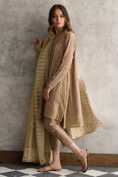 New Image : Pakistani fashion casual Pakistani Fashion Party Wear, Pakistani Outfits, Indian Outfits, Indian Fashion, Simple Pakistani Dresses, Pakistani Dress Design, Shadi Dresses, Indian Designer Outfits, Pakistani Designer Clothes
