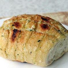 Ingredienti:   4 cucchiai abbondanti di maionese 4 cucchiai abbondanti di margarina 3 spicchi d'aglio tritati 6 panini (panino all'olio, baguettte o pane per hot dog) origano o prezzemolo
