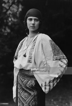 Princess Ileana of Romania, 1923 boho ethnic fashion style gypsy eastern vintage white cotton blouse embroidered skirt Vintage Photographs, Vintage Photos, Vintage Beauty, Vintage Fashion, Romanian Royal Family, Folk Embroidery, Roaring Twenties, Folk Costume, Fashion History