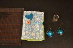 1 Porte bijoux, porte feuille pour bijoux à fleurs bleu en feutrine verte. Porte épingles : Autres bijoux par manou92290