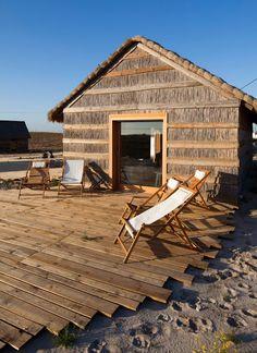 una casa en la playa que forma parte de ella