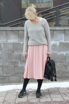 Sneaker outfit / midi skirt outfit / midi skirt and sneakers