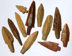 Cabezas de flechas encontradas en el asentamiento de Yiftahel, en lo que actualmente es Israel. Datan del período llamado Neolítico B (8800 aC a 6400 aC, fechas aproximadas).