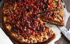 Metsäinen riista-quiche 1. Sekoita pohjataikinan ainekset. Vuoraa 24-senttinen irtopohjavuoka leivinpaperilla. Kaada taikina vuokaan ja levitä se pohjalle ja reunoille tasaisesti. 2. Valmista täyte. Silppua sipuli ja valkosipuli. Sulata voi pannussa ja paista sipulit. Lisää joukkoon ripaus suolaa ja sokeria. Kun sipulit ovat kuullottuneet, siirrä ne pannun reunoille ja lisää peuranjauheliha paistumaan keskelle. Lihan paistuttua lisää …