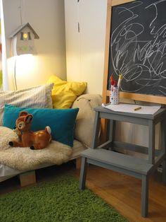 IKEA Kinderzimmer gestalten: IKEA BEKVÄM Hocher in grau, kombiniert mit einer Tafel.