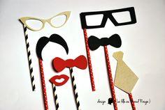 Photobooth personnalisé pour mariage sur le thème du vélo, tandem, rouge et kraft (lunette, bouche, moustache, nœud papillon, cravate, pipe) www.lafilleaunoeudrouge.fr