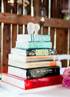O que vocês acham desse bolo? Sim, isso é um bolo! Feito especialmente para um casal que nutre a paixão por livros! É no mínimo bem diferente! www.noivinhostopodebolo.com