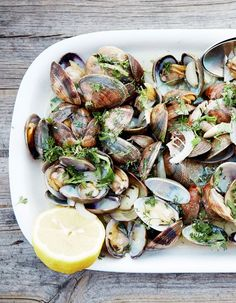 Garlic and coriander clams for 4 people - Elle à Table Recipes Clam Recipes, Raw Food Recipes, Seafood Recipes, Healthy Recipes, Seafood Appetizers, Seafood Dishes, Healthy Cheat Meals, Romantic Dinner Recipes, Shellfish Recipes