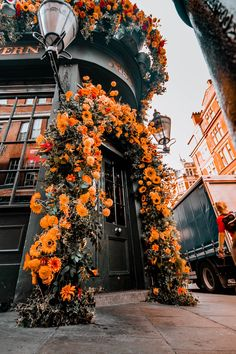 Mr fogg's tavern is one of the most beautiful london flowers cafes to visit in Covert Graden. The london flowers inspiration will make for the best flower cafe aesthetic. Another great place for beautiful london flowers cafes is Nottin Orange Aesthetic, City Aesthetic, Flower Aesthetic, Travel Aesthetic, Aesthetic Photo, Aesthetic Pictures, Nature Aesthetic, Aesthetic Beauty, Aesthetic Backgrounds
