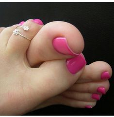 Michel, from Brussels Belgium I idolize women's feet, especially the toes varnish. Nice base reflects the beauty of the woman Sexy Nails, Sexy Toes, Pretty Hands, Pretty Toes, Pink Toes, Pink Nails, Toe Nail Art, Toe Nails, Pies Sexy