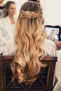 cabello largo semirecogido con accesorios