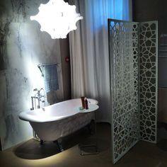 Ванна Agora #ZucchettiKos по дизайну Ludovica+Roberto Palomba - реверанс в сторону классики.  Мягкие классические формы и стальные ножки необычной формы позволяют разместить такую ванную в современном интерьере, добавив ему утонченность.  В коллекции также представлены раковины, смесители, аксессуары в классическом стиле.  #smalta #smaltaitaliandesign #coffeeproject #coffeeandproject #мебельдляванной #interiordesign #design #tile #красивопрактично #домалучше #стильнаяванная #ванна # #comfort