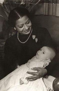 كوكب الشرق السيدة ام كلثوم تحتضن ابن صديقها الصحفي الكبير محمد التابعي .