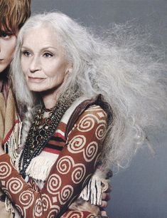 Daphne Self 83 year old model. Style is not based on age. It is ageless. Beautiful Old Woman, Beautiful People, Stunningly Beautiful, Daphne Selfe, Aged To Perfection, Advanced Style, Ageless Beauty, Going Gray, Cindy Crawford