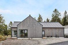 Bilderesultat for järnvitriol hus Surf House, Modern Barn House, Modern Cottage, Barn Renovation, Modern Farmhouse Exterior, Shed Homes, House Extensions, Facade House, Scandinavian Home
