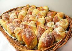 Babičkine rožky 1/2 kg hladkej múky, 1 HERA (25Og), 1 celá kocka kvasníc, 1 celé vajce, štipka soli, 1 vanilkový cukor, 9 PL vlažného mlieka na plnenie: mak, orechy, marmeláda na potretie: 1 celé vajce, 1ČL vody, 1ČL práškového cukru Cesto vyvaľkáme na 8 bochníkov do kruhu veľkosti taniera a rozkrojíme na osminy. Do širšej časti trojuholníka dáme plnku a zvinieme do rožku. Ukladáme na vymast plech,potrieme vajíčkom s vodou a cukrom a pečieme do zlatista