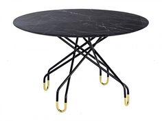 Achim Rotundă, masă de restaurant cu un design modern, având baza din metal și blatul din porțelan. Forma frumoasă a bazei oferă un aspect interesant mesei, dar și un suport stabil pentru blat. Disponibilă în nuanțe de negru mat și negru cărbune. Pentru un plus de eleganță, picioarele mesei sunt vopsite la bază în nuanță aurie. Outdoor Furniture, Outdoor Decor, Table, Metal, Modern, Home Decor, Design, Trendy Tree, Decoration Home