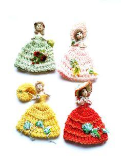 Set mit 4 nostalgischen Eierwärmern.Wunderschöne Frauen im gehäkelten eleganten Rock, mit Hut oder Sonnenschirm. Handarbeit in rot,grün,gelb, rosa, gebraucht.Best.-Nr. RGE1006.