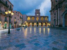 Marsala, con la sua caratteristica Piazza della Repubblica, è tra le città più rinomate della Sicilia