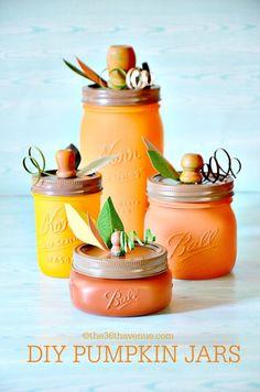 This pumpkin mason jar craft idea is sooo cute for easy fall decor! Such a fun fall craft using mason jars and paint! Apple Mason Jar, Pot Mason Diy, Fall Mason Jars, Mason Jar Crafts, Halloween Mason Jars, Halloween Crafts, Halloween Pumpkins, Halloween Wreaths, Halloween Horror