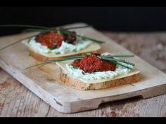 Doskonała pasta do smarowania chleba na bazie avocado i ricotty. Tak pyszna, że wciąż jej mało! Dla pełni smaku polecana z suszonymi pomidorami i serem.