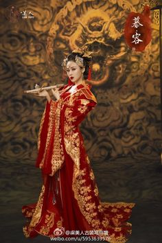 Red and gold Chinese dress, absolutely breathtaking. Oriental Fashion, Asian Fashion, Fashion Art, Chinese Traditional Costume, Traditional Dresses, Japanese Kimono, Japanese Fashion, Japanese Geisha, Chinese Clothing