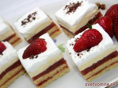 An excellent dessert with soft sponge-biscuits filled with strawberry mixture, soft custard pudding and whipped cream. Custard Pudding, Strawberry Slice, Sweet Bakery, Vegetarian Chocolate, No Bake Cake, Cheesecake, Food And Drink, Cooking Recipes, Yummy Food