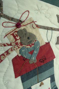 Les souris ont leurs yeux, leurs moustaches et leurs queues Les rennes, ont aussi leurs yeux, et leurs jolis colliers à fleur Les cadeaux sont empaquetés Bref, mon NIGHT BEFORE CHRISTMAS est TERMINE : T E R M I N E Je le pose avec beaucoup de nostalgie...