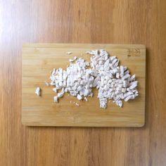 Brioșe aperitiv cu piept de pui și cașcaval: rapid și mega delicios. • Gustoase.net Bamboo Cutting Board, Fondant, Diy And Crafts, Food, Burgers, Bread, Facebook, Hamburgers, Essen