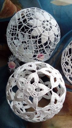 Ideas Diy Christmas Ball Ornaments Ideas - Her Crochet Art Au Crochet, Crochet Ball, Thread Crochet, Crochet Motif, Crochet Crafts, Crochet Doilies, Crochet Flowers, Knit Crochet, Crochet Ideas
