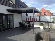 Met een terrasoverkapping met kantelbare aluminium lamellen in het dak bepaal je zelf de lichtinval op het terras. Je creëert een overdekte buitenruimte om van te genieten, het hele jaar door. Je bent beschermt tegen regen dankzij geïntegreerde watergeleidingskanalen die de neerslag afvoeren. Eventuele zijelementen kunnen extra bescherming of privacy bieden. Een lamellendak kan aan de gevel geplaatst worden, vrijstaand of geïntegreerd in een bestaande constructie.