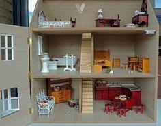 SE VENDE 150€ casita de muñecas estilo victoriano en perfecto estado, nunca ha sido utilizada. precio de la casa + muebles + accesorios artesanales 150€ los accesorios son hechos a mano. los muebles en perfecto estado y limpieza. la casita montada. interior sin pintar ni empapelar. madera vista. medidas en cm: 37 (fondo) x51 (ancho) x57 (alto)