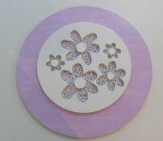 Quadro lilás de flores redondo 30 cm, flores recorte a laser, excelente acabamento. Pronta entrega. R$ 55,00