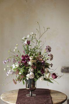 フラワーアレンジメント レッスン -高さのある構成ー   フラワーアレンジメントのデザイン集 Flower Centerpieces, Vintage Flowers, Floral Arrangements, Floral Design, Floral Wreath, Bloom, Vase, Wreaths, Bouquets