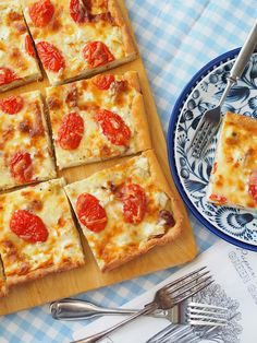 Broileri-feta-tomaatti peltipiirakka on mättöherkkujen kingi - Kulinaari-ruokablogi Takana, Swedish Recipes, Feta, Mozzarella, Sandwiches, Curry, Good Food, Food And Drink, Pizza